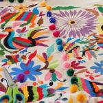 テナンゴ刺繍の、メキシコらしい不思議な世界観とカラフルな色使い