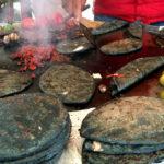 街で見かける謎の食べ物…黒トルティーヤのタコスに挑戦してみよう!