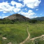 テオティワカン遺跡にて。発掘のロマンは、地道な作業の先にある…!